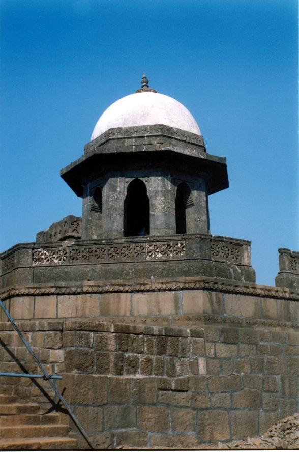 http://www.cse.iitb.ac.in/~hrishi/trek/tornalinganaraigad/shivaji-sanadhi.JPG